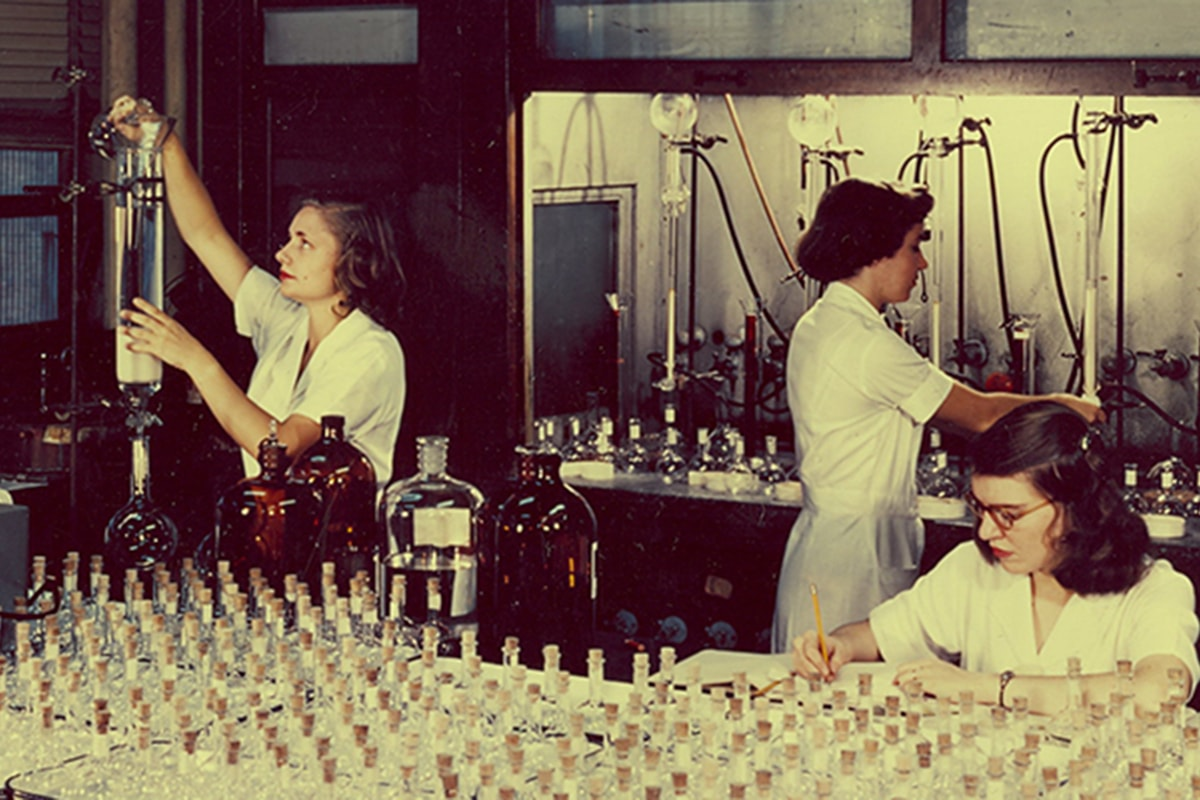 Women working in a laboratory in 1955.