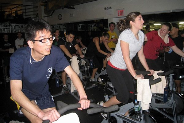 Student Lei Wei, member of the GSK team, cycled the third hour of the four-hour marathon.