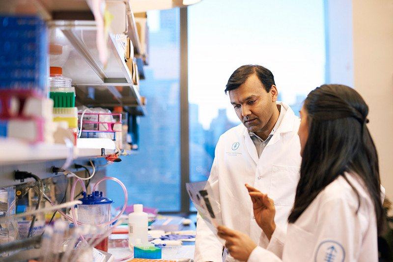 Physician-scientist Sarat Chandarlapaty and GSK student Kinisha Gala