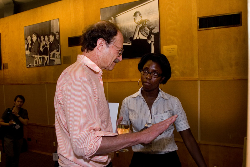 Harold Varmus discusses a poster with Cold Spring Harbor Laboratory PhD student Keisha John